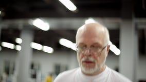 O homem idoso tem uma escada rolante video estoque