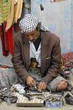 O homem iemenita aponta o janbiya em Sanaa, Iémen Janbiya é um punhal tradicional e um atributo imperativo do terno iemenita do ` imagem de stock royalty free