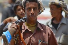 O homem iemenita novo guarda um rifle em Aden, Iémen Fotografia de Stock