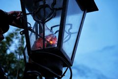 O homem ilumina uma lanterna retro Imagem de Stock Royalty Free