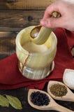 O homem impede as especiarias em um almofariz Foto de Stock Royalty Free