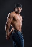 O homem independente lindo mostra seu corpo forte poderoso Fotografia de Stock