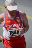 O homem indeterminado corre o 27 de abril de 2014 na 27a maratona de Belgrado Imagens de Stock