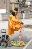 O homem indiano imita as maravilhas da ioga Imagem de Stock Royalty Free