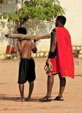 O homem indiano leva a cruz durante o jogo do reenactment da crucificação de Jesus Christ no Sexta-feira Santa fotos de stock