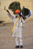 O homem indiano que vende o pavão empluma-se no forte de Jaisalmer, Índia Foto de Stock