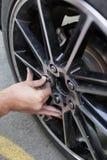 O homem instala a roda de reposição Fotografia de Stock Royalty Free