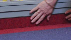 O homem instala o tapete na sala filme