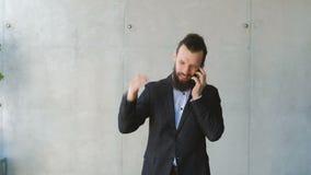 O homem irritado do problema do negócio discute o telefone da reprimenda filme