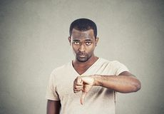O homem irritado, mal-humorado irritado que dá os polegares gesticula para baixo Fotos de Stock Royalty Free