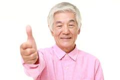 O homem japonês superior com polegares levanta o gesto Fotografia de Stock Royalty Free