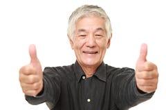 O homem japonês superior com polegares levanta o gesto Imagem de Stock