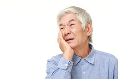 O homem japonês superior sofre da dor de dente Imagens de Stock Royalty Free