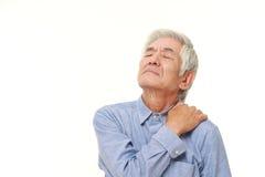 O homem japonês superior sofre da dor do pescoço Fotos de Stock Royalty Free