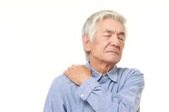 O homem japonês superior sofre da dor do pescoço Imagens de Stock Royalty Free