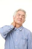 O homem japonês superior sofre da dor do pescoço Imagem de Stock Royalty Free