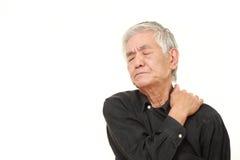 O homem japonês superior sofre da dor do pescoço Foto de Stock Royalty Free
