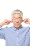 O homem japonês superior sofre do ruído Imagens de Stock Royalty Free