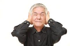 O homem japonês superior sofre do ruído Imagem de Stock