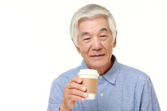 O homem japonês superior toma uma ruptura de café Imagem de Stock Royalty Free
