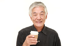 O homem japonês superior toma uma ruptura de café Imagens de Stock