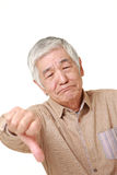 O homem japonês superior com polegares gesticula para baixo Foto de Stock Royalty Free
