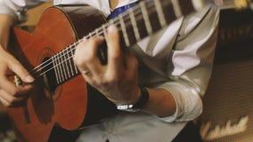 O homem joga a guitarra vídeos de arquivo