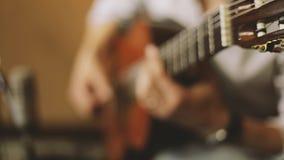 O homem joga a guitarra video estoque