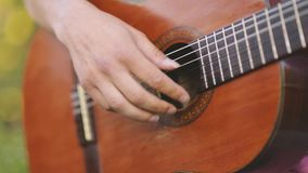 O homem joga a guitarra filme