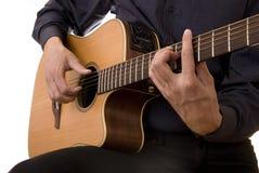 O homem joga a guitarra acústica imagem de stock royalty free