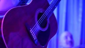 O homem joga a guitarra acústica video estoque