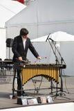 O homem joga o xilofone nas noites brancas do festival Fotos de Stock