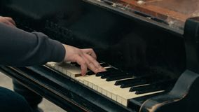 O homem joga o piano de cauda - tudo no fogo video estoque