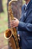 O homem joga um saxofone foto de stock royalty free