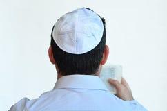 O homem judaico com kippah reza Imagens de Stock