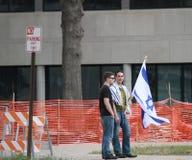 O homem judaico guarda a bandeira de Israel na reunião Imagens de Stock Royalty Free
