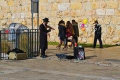 O homem judaico na roupa ortodoxo joga o violino Fotos de Stock Royalty Free