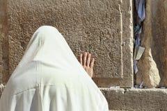 O homem judaico ortodoxo reza na parede ocidental Imagem de Stock Royalty Free
