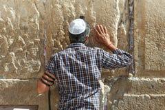 O homem judaico ortodoxo reza na parede ocidental Imagens de Stock