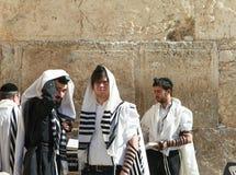 O homem judaico ortodoxo reza na parede ocidental Imagem de Stock