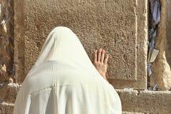 O homem judaico ortodoxo reza na parede ocidental Fotos de Stock Royalty Free