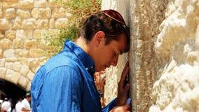 O homem judaico pray na parede ocidental em Jerusalem fotografia de stock