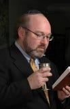 O homem judaico relata o kiddush Imagens de Stock Royalty Free