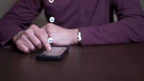 O homem lança com os meios sociais como como e os ícones do amor flutuam acima video estoque