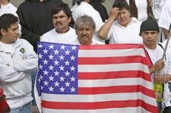 O homem latino-americano prende a bandeira dos E.U. fotos de stock royalty free