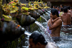 O homem lava sua cara em Tirtha Empul fotografia de stock
