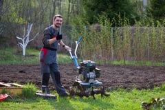O homem lavra a terra Imagem de Stock