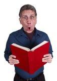 O homem leu choque da surpresa do livro isolado no branco fotos de stock