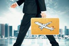 O homem leva a mala de viagem com a cópia plana no fundo da cidade Fotografia de Stock