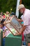 O homem libera borboletas como relógio dos espectadores no festival do verão foto de stock